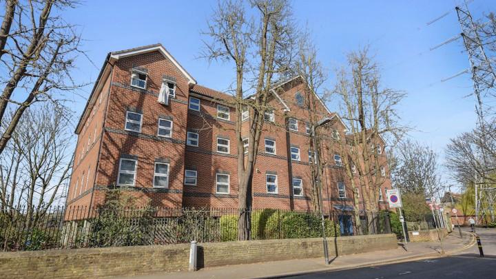 15 Carlyn House 100 Byegrove Road London SW19 2BJ